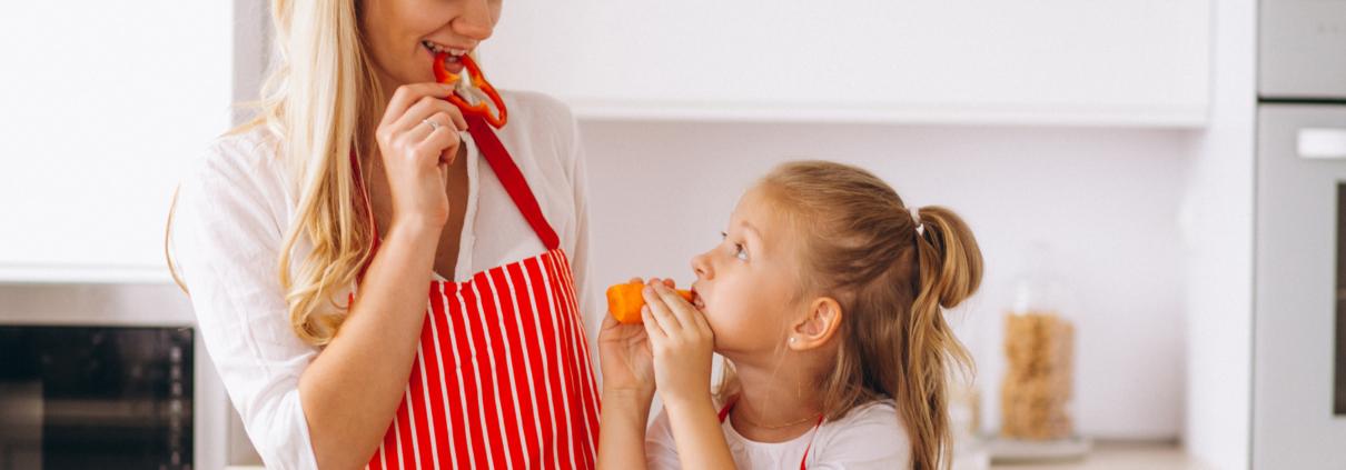 Madre e hija comiendo